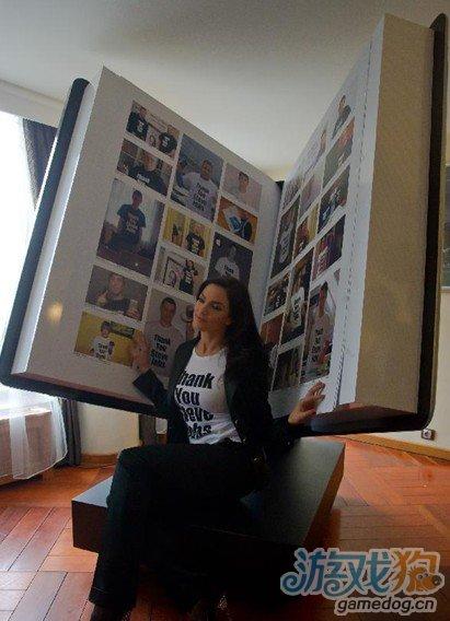 """巨型乔布斯""""纪念簿""""在匈牙利面世 似iPad"""