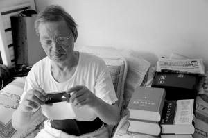 因喜歡成語玩命猜 79歲老人買iPhone4S手機1