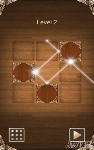 将光线的反射表达发挥得格外的淋漓尽致。一台反射镜镶边的镜边盒,一束固定路线的光源