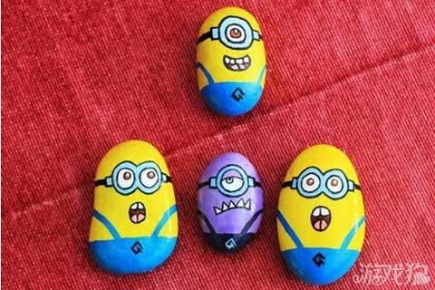 利用石头来制造出来的小黄人可爱表情