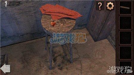 将凳子上锯下来的木头塞到桌子下的木桶里,旋转开关.